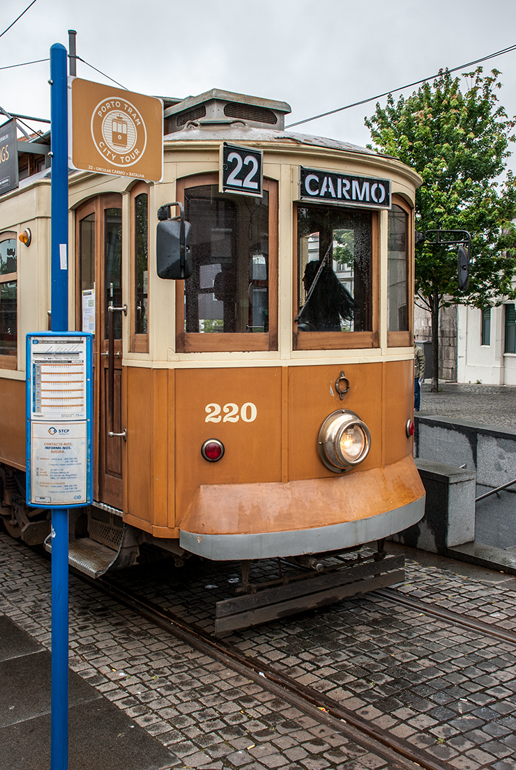 Car 220 at Guindais ready to return to Carmo