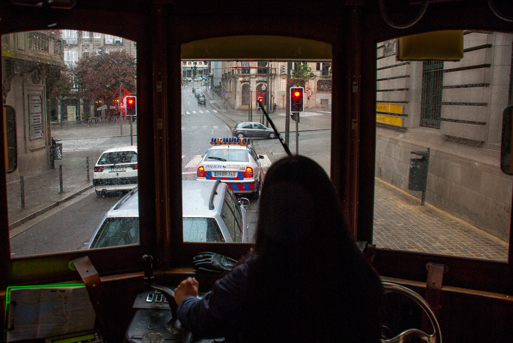 Inside car 220 at the junction of Rua Doutor Magalhães Lemos and Avenida dos Aliados