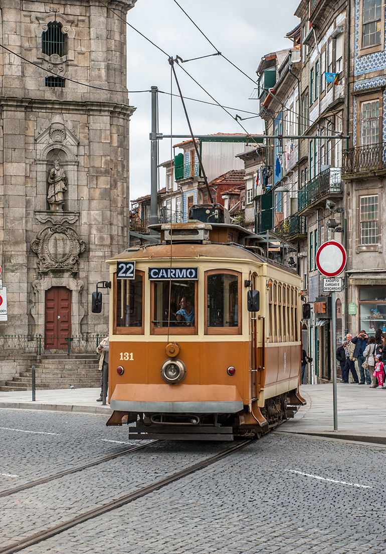 Route 22 passes through very narrow streets such as Rua da Assunção, where motor vehicles are not permitted