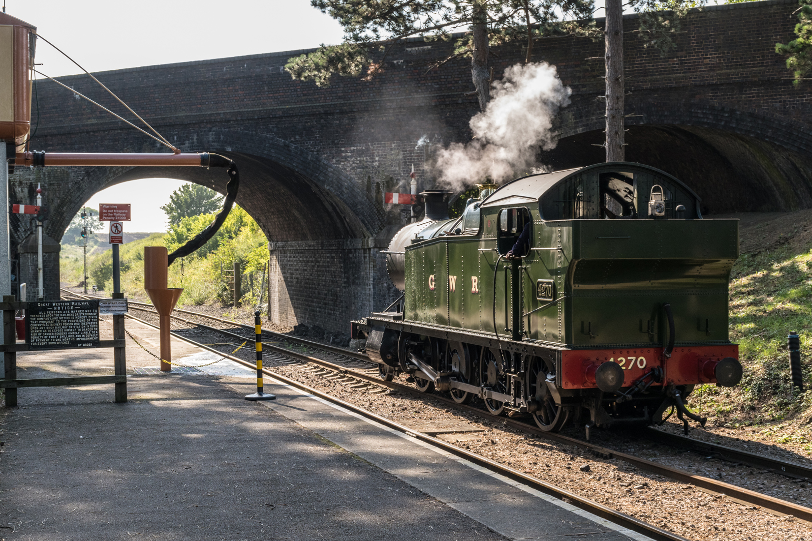 4270 'runs round' its carriage stock