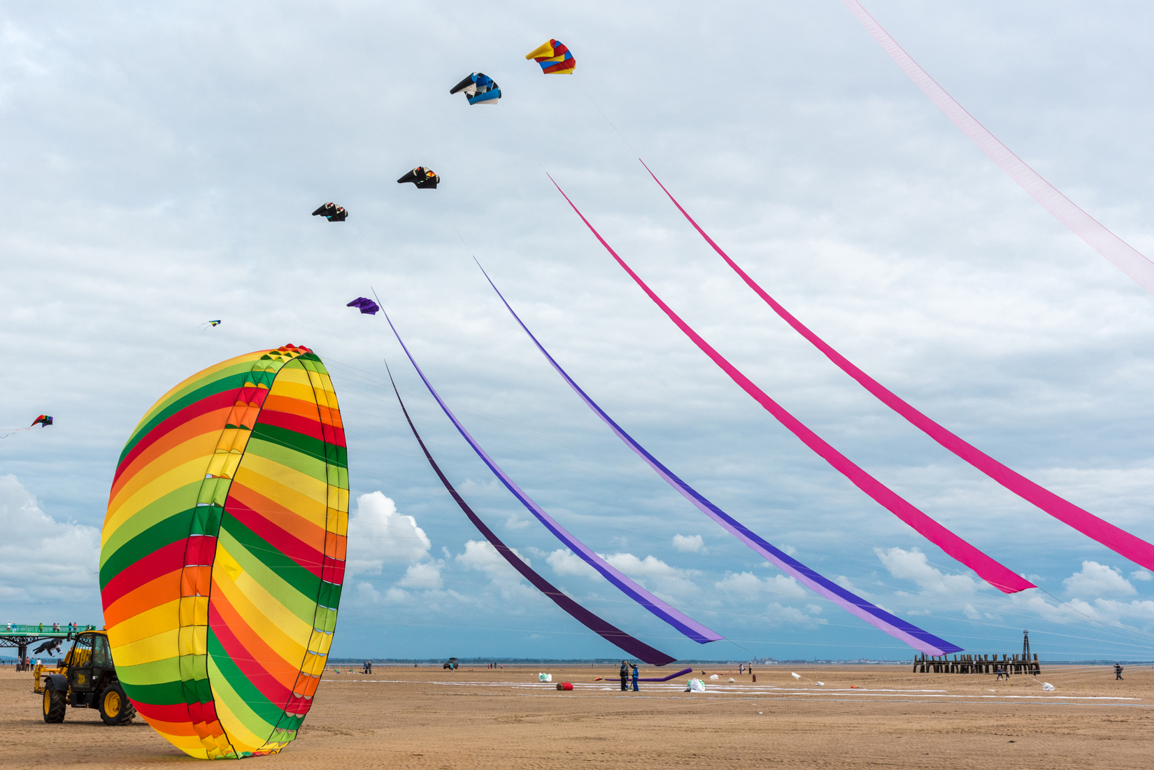 The kite-drawn sails sway in concert with the circular ring kite.